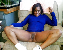 Lonely ebony MILF opens wide her black..